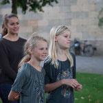 Junge Zuschauerinnen im passenden Outfit  -- Foto: W. Ewert