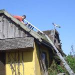Jan Brödner überprüft die Solaranlage