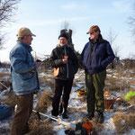 rechts: Herr Querhammer, der auf der Fläche des Torfstichs seine Wasserbüffel weiden lässt im Gespräch mit W. Ewert und M. Zerning
