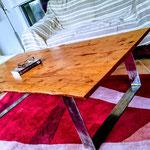 Table basse pieds fer plat, Long 156 cm, Larg 77 cm, Ht 41 cm.
