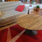Table basse plateau vieux noyer, pied central fonte, léger ovale 105cmx99cm