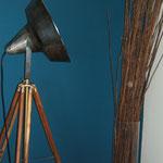 N°64 ancien projecteur fer brut monté sur trépied (ancien aussi) bois et laiton.