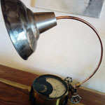 N°86 Voltmètre, col de signe cuivre, abat jour métal brut vernis (vendue)