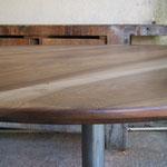 plateau Noyer, restauré et ciré  provenant d'une ancienne table à rabat 122 x 110 cm Ht 75 cm