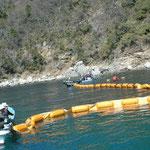 田ノ浦湾に海のフェンスを張って、祝島の人たちを島から抗議に来させないようにしようとしている。(2月21日からの強行工事)