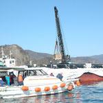 原発建設予定地の田ノ浦の埋め立て工事に来た作業船と作業員を乗せた船。