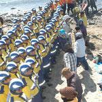 作業員を作業をさせるための警備員が作業位置に行こうとしている。田ノ浦へ集まってきてくれた人たちが防いでいる。(2月21日からの強行工事。600人もの作業員、警備員、中電社員が海、浜に一斉にやってきた。)