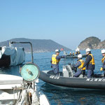 祝島の漁船が土砂を積んだ作業船の工事を止に行くのを、海上保安庁が阻んでいる。