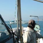 祝島の対岸4kmにある田ノ浦の埋め立て工事に向かう中電の船。右に少し薄く見えるのが祝島。