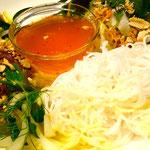 Gegrilltes Seelachsfilet mit Salat, Reisnudeln und Nuoc-Mam-Soße