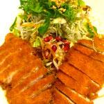 Krosse Hühnerbrust auf Capellininudeln mit Salat