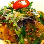 Gebackenes Seelachsfilet auf Salat und Reisnudeln, dazu Kräuter in süß-pikanter Nuoc-Mam-Soße