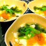 Tao Pho-Sojapudding mit karamellisiertem Mango, Jellys, gedämpfte Kokosstreifen in Ingwersyrup und Che Thap Cam(links im Glas)