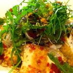 Süß-pikanter Tofu auf Reisnudeln und Salat