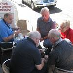 Freitag, 07.09.2012 15:00: Ralf, Henrik, Geige, Bammel und Wolfhard beim Bilder schauen