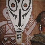 visages, masque en carton et tête maori (matériaux divers)