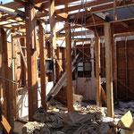 木造住宅の手壊し解体現場