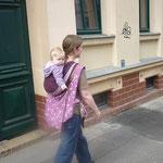 Kind und Tasche auf dem Rücken