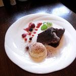 クラシックショコラ。オレンジピールの入った濃厚なチョコレートケーキ。¥600