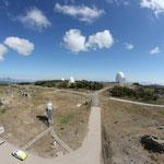 Blick von der Kuppel des 3,5 Meter Teleskopes auf das 2,2m und 1,23m Teleskop