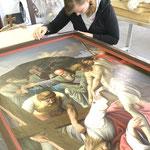 Die Zierrahmen der Kreuzweg-Gemälde erhalten eine Goldabsetzung.