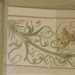 Reinigungsprobe im Bereich der Gurtbogenuntersicht mit dem mittelalterlichen Ausmalungssystem.
