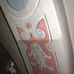Reinigungseffekt, hier am Beispiel einer dekorativen Malerei am Gurtbogen.