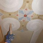 Arbeitsfoto  - Farbliches nachlasieren der dekorativen Ausmalung im Schadensbereich