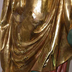 Detailfoto Nachvergolden von Fehlstellen  hier im Gewandbereich einer Figur, vor der Politur mit einem Achatstein