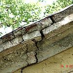 Bild 2: Vorzustand - statisch, konstruktiv bedenkliche Rissbildung am profilierten Dachgesims.