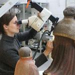 Restauratorische Voruntersuchung mittels Stereomikroskop im Bereich der Stifterdarstellungen.