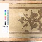 Abb. 1: Tafel, Deckenverkleidung - älteste Fassung: Dunkel konturierte Intarsienmalerei in Holzfarbtönen.