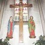 Die Kreuzigungsgruppe vor der Restaurierung.