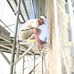 Auftrag eines Strukturputzes nach Rezeptur mit der Putzmühle.