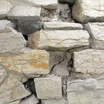 Detailfoto, Mauerwerksfläche für Neueinsatz von Bruchsteinen vorbereitet.