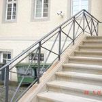 Die Außentreppe im Zustand nach der Sanierung. Das Metallgeländer des südlichen Treppenaufgangs. (Aufnahme: Mai 2018)