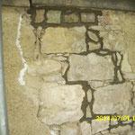 Einsetzen von Zwickelsteinen zum Verdämmen der nach-folgend verfüllten Hohlräume im Mauergefüge.