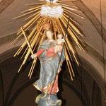 Die unter dem Gewölbe frei hängende Strahlenkranz-Madonna