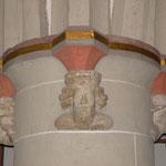Die objekthistorisch bedeutenden, aus Naturstein gehauenen  Kopfbüsten, hier am Südwest-pfeiler
