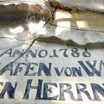 Bild 4: Vorzustand: Starke Rissbildung und Schaden im Bereich des Schriftwappens.