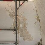 Abgängige Wandfarbe unter der sich pudernde Temperamalerei freilegt