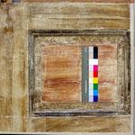 Abb. 3: Sturz, Nordwand - Befund Erstfassung, Rahmen beige maseriert, Karniesprofil dunkel, Füllungsfeder mit gestupfter Wurzelholzimitation, Füllung rot maseriert.