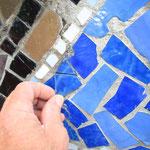 Einfügen von fehlenden Mosaiksteinen in bestehenden Fehlstellen.