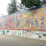 Das Großmosaik im Endzustand. Die Graffitti-Malereien am unteren Betonsockel sollten auf Wunsch des Bauherren erhalten bleiben.