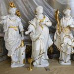 Skulpturen aus dem südlichen Seitenaltar in zeittypischer Polierweißfassung