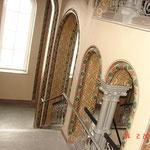 Treppenaufgang vom 1. Obergeschoß ins Erdgeschoß zeittypi-sche ornamentale mehrfarbige Schablonenmalerei