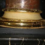 Detailfoto Nachvergolden von Fehlstellen   hier im Bereich eines Basenrings, vor der Politur mit einem Achatstein