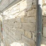 Mauerwerkfläche mit bereits ausgebranntem Fugenmörtel im Zwischenzustand.