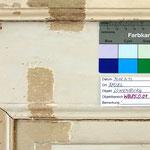 Abb. 2: Wandpaneel, Ostwand - älteste Fassung stark beschliffen, kaum erhalten. Graue Grundierung, Maserierung in lasierenden Brauntönen.
