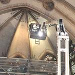 Bearbeitung der Gewölbefläche von einem mobilen Hubsteiger. Reinigung der Gewölbemalerei.